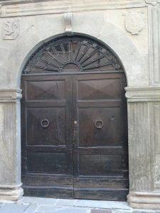 Portale rinascimentale nel centro storico di Berceto.